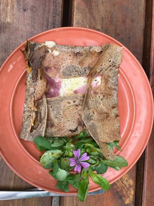 Galette au jambon, au fromage et à la crème fraîche